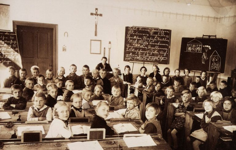 """Schulklasse um 1930 mit Lehrerin """"Zirnbauerin"""", Ehrenbürgerin Innings, jedoch nicht immer unumstritten -pädagogisch, politisch wie auch als Mensch"""