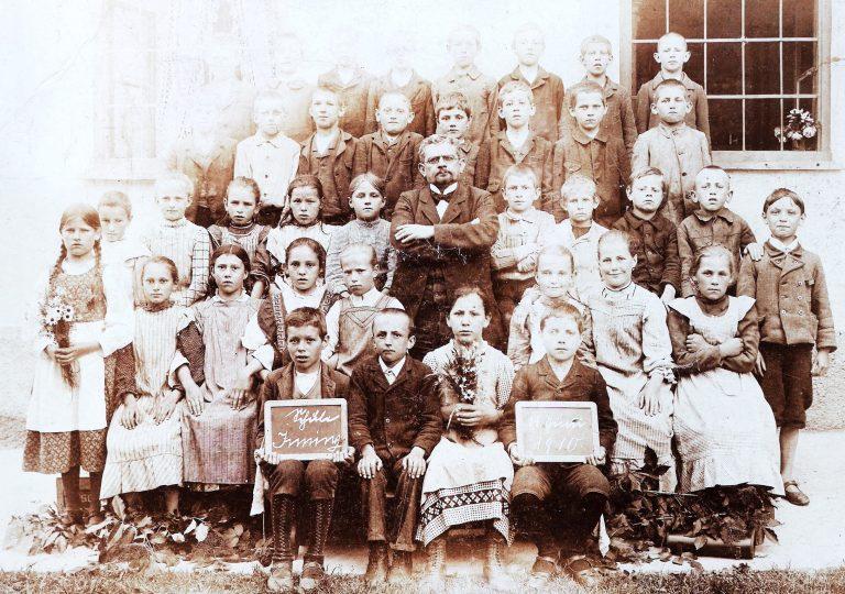 Klassenfoto Inning, 1910, mit Lehrer Kotzbauer, der lange Gemeindeschreiber in Inning war.